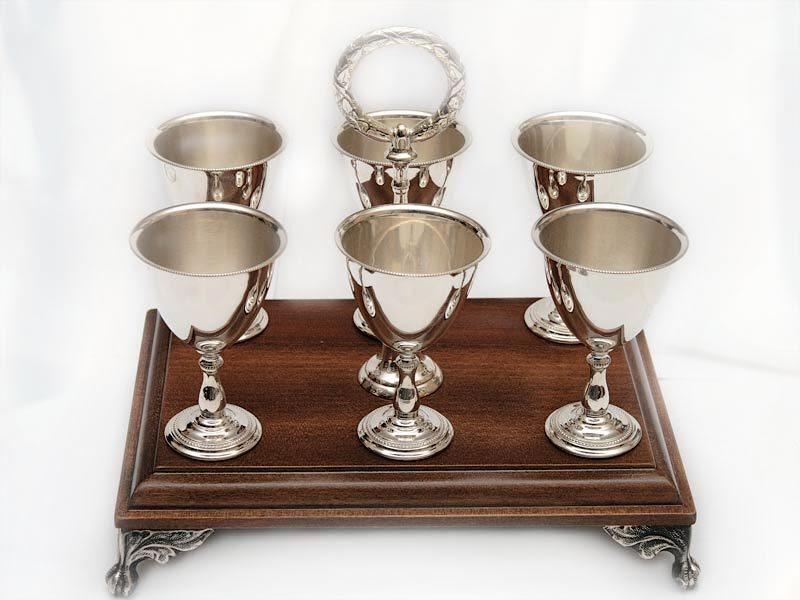 Серебряные рюмки для водки на деревянной подставке