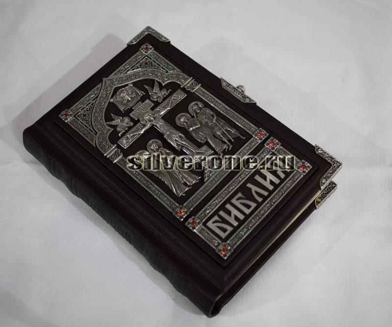 Библия с серебряными накладками Распятие Христово